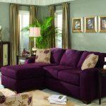 Фиолетовый диван в интерьере.