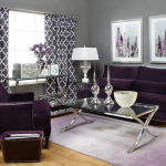 Светло-серые стены и фиолетовый диван