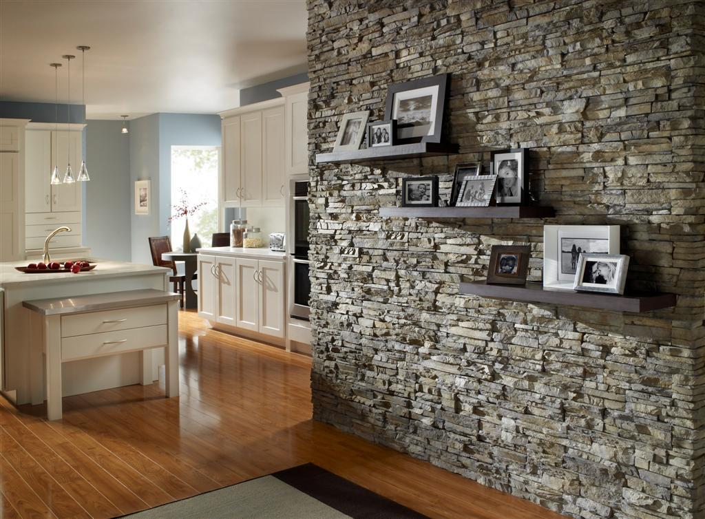 Стена с декором с камнем