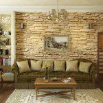 Отделка декоративным камнем стены в гостиной
