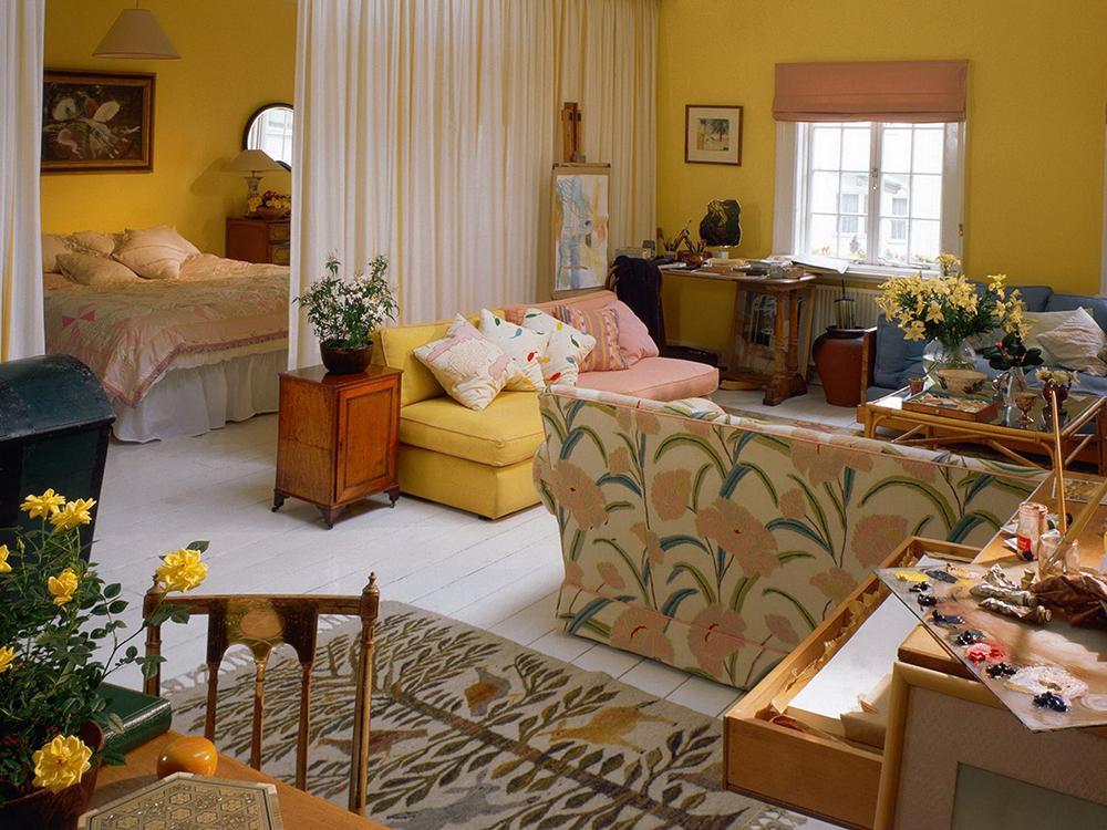 Яркая гостиная спальня