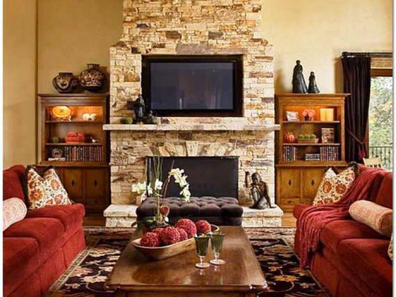 Интерьер светлой гостиной с камином
