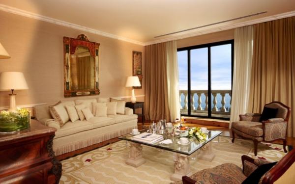 Бежевая гостиная в классическом стиле