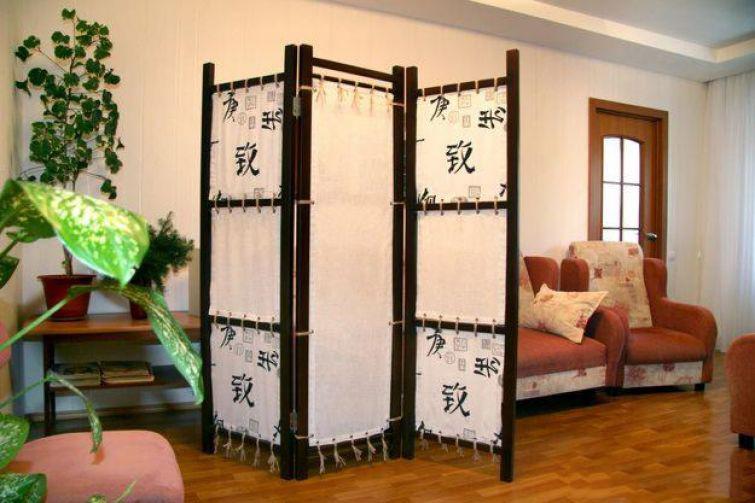 Переносная декоративная ширма в интерьере гостиной-спальни