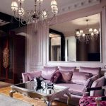 Сиреневый диван в классическом интерьере