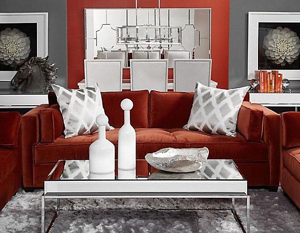 Диван кирпичного цвета в интерьере гостиной