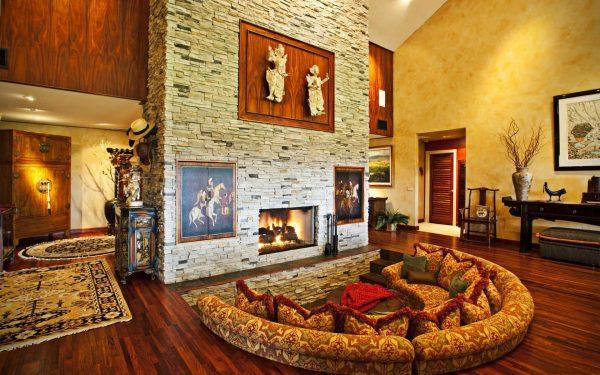 Интерьер гостиной с камином, отделанным искусственным камнем