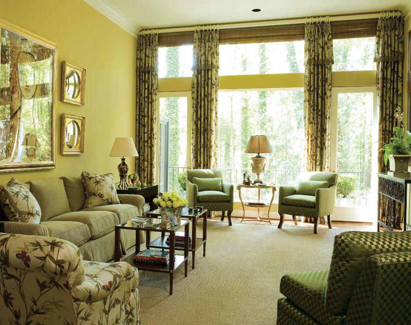 Элементы деревенского стиля в зеленой гостиной