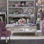 Нежно-сиреневый диван для гостиной в стиле прованс