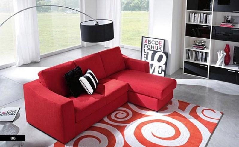 Малиновый диван в гостиной с тиле хай тек