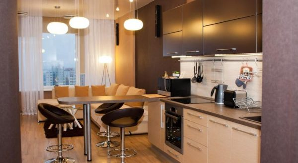 Кухня гостиная с диваном