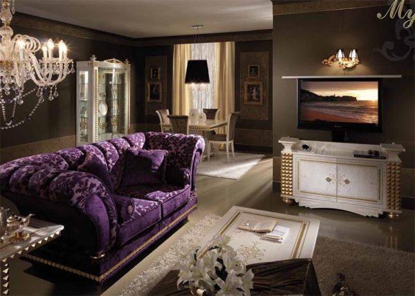 Фиолетовый диван - яркий элемент гостиной