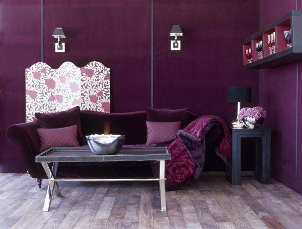 Темно-лиловый диван в гостиной